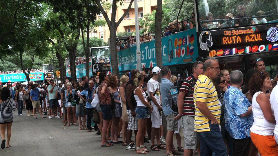 Decenas-de-turistas-hacen-cola_54325576550_54028874188_960_639