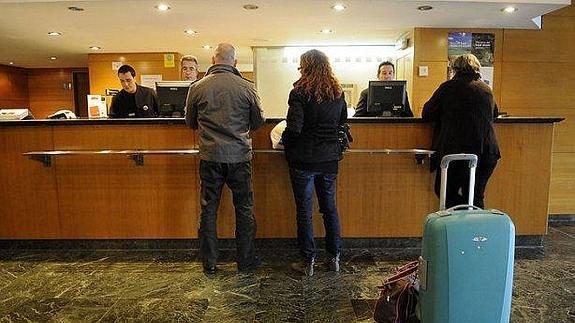 Maletas-en-hotel--575x323